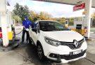 KERJAKAN SENDIRI – Penulis mengisi BBM di pom bensin di rest area Wendhousen, kota kecil dekat Hannover, Jerman dalam perjalanan menuju Amsterdam, Belanda.